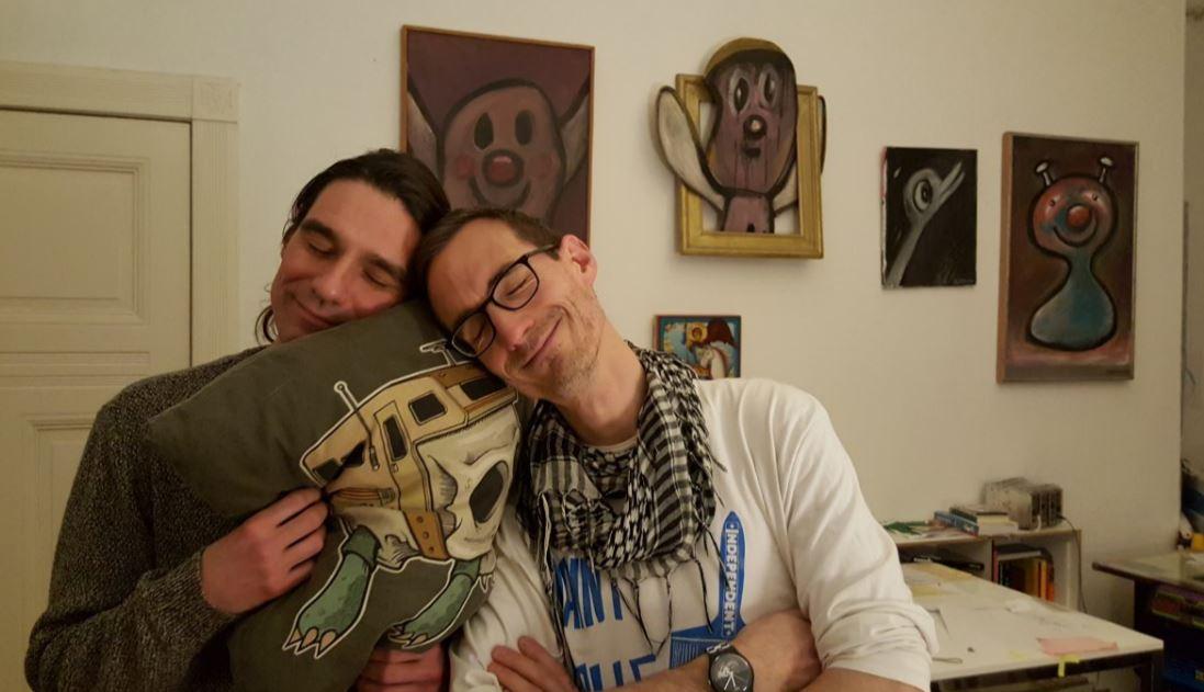 Im heiligen Heim von Jürgen Blümlein inklusive fidelen Bildern von Harry Blitzstein und einem kuschligen Alternativschildkröte-Kissen von Jeremy Fish.