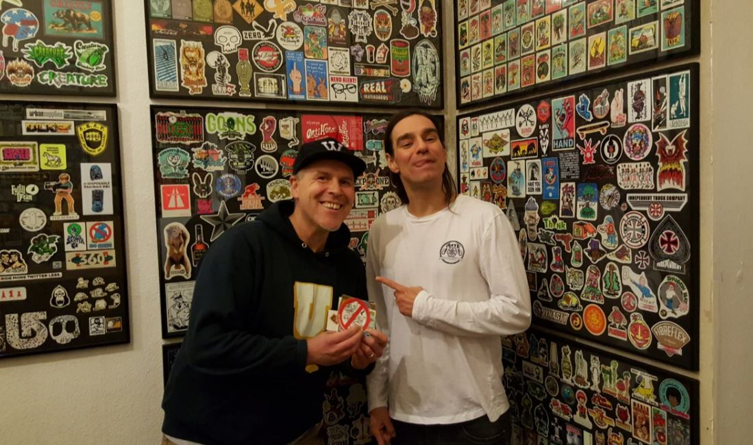 Olli vom Hatch Kingdom Stickermuseum und der Grinsekater mit 'nem Longsleeve von Mata Skateboarding.