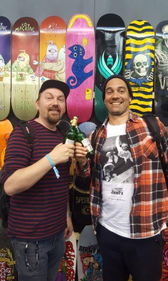 Skateshoppers united: Michael Hinrichs vom Dogtown in Oldenburg und Manu Weschenbach vom Awesome in Hamburg. Cheers