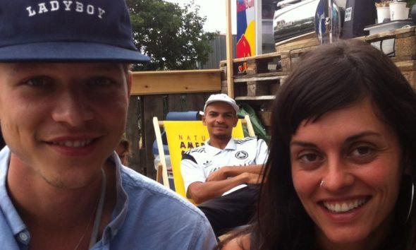 Zwei Jungs und ein Mädchen lächeln in die Kamera