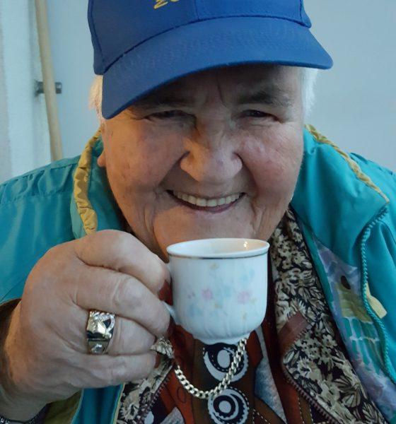 Ela aus Slowenien mit einer Tasse Kaffee und lackierten Fingernägeln