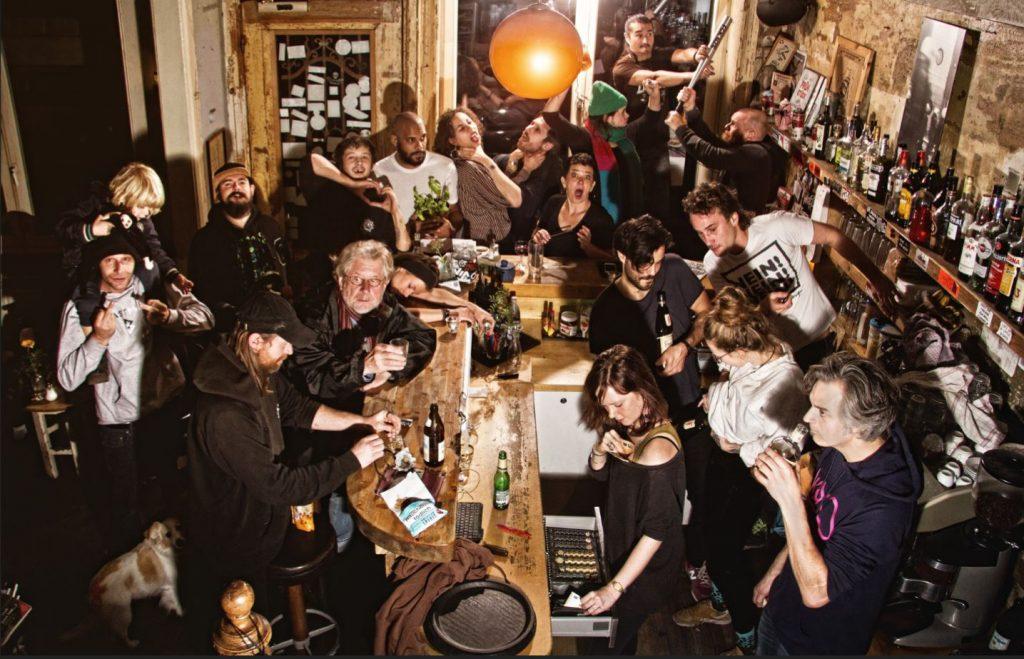 Eine Gruppe fideler Freigeister feiert mit ihrem Häuptling Geburtstag