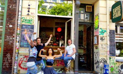 Eine fidele Truppe Freunde vorm Kaffee Stark in der Wohlwillstraße 18