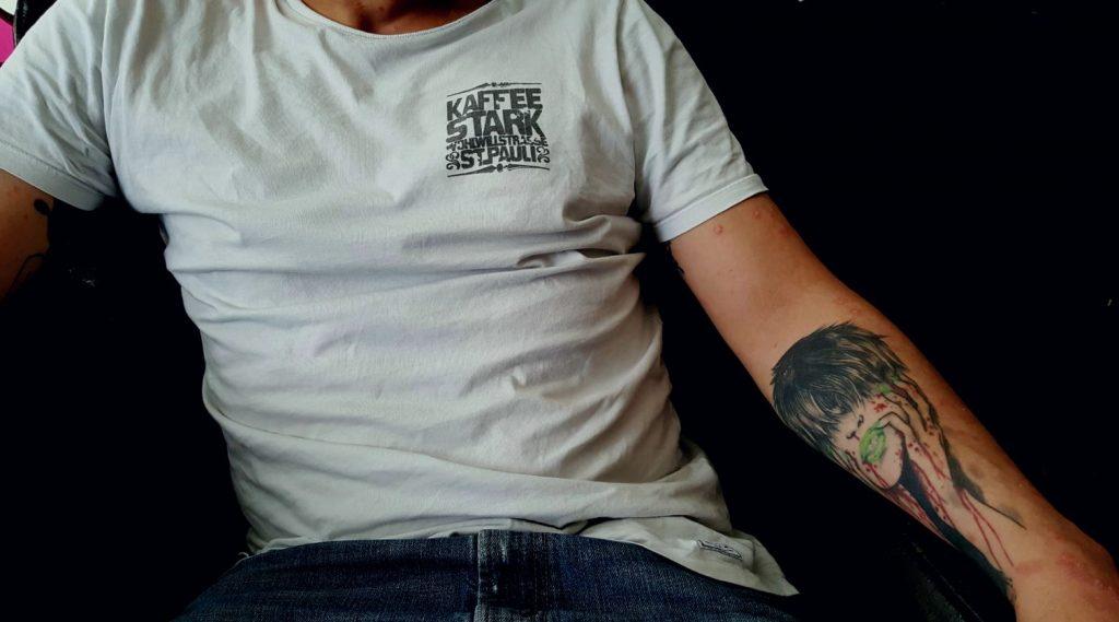 Malte vom Kaffee Stark mit Tattoo und in Sessel