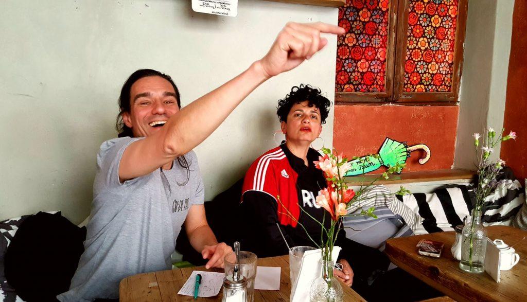 Ein Junge und ein Mädchen im forgeschrittenen Alter verlustieren sich im Kaffee Stark Hamburg